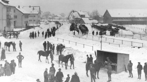 Pferdemusterung vor dem Zeughaus Uster im Winter 1938/39